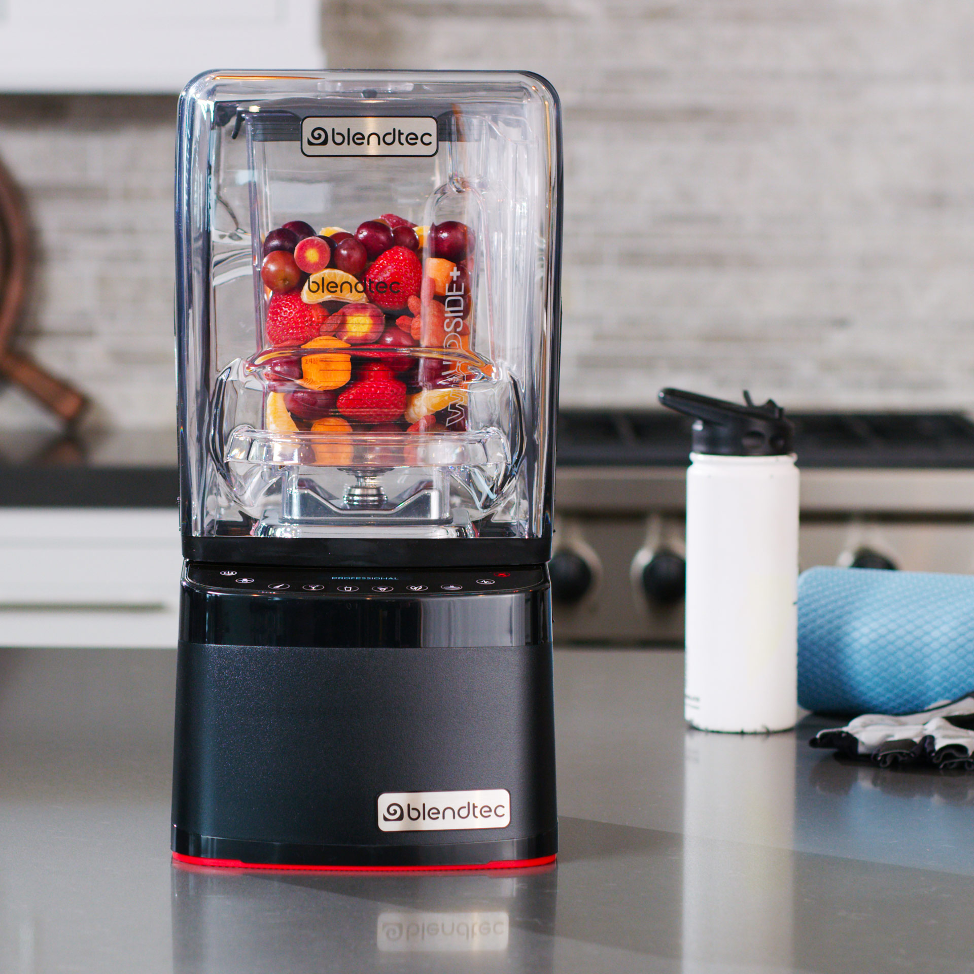 Blendtec Professional 800 in Kueche befuellt