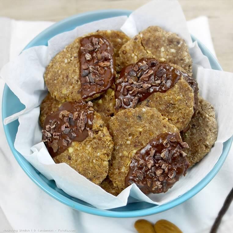 Rohkost-Kekse mit Schokoladen-Glasur und Kakaonibs